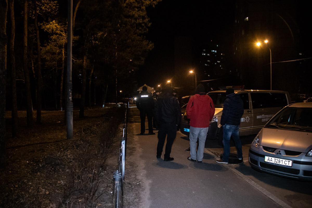 Сумку с подозрительным устройством прохожий обнаружил в субботу, 2 марта, около 21:20 и сразу же позвонил на линию экстренных служб