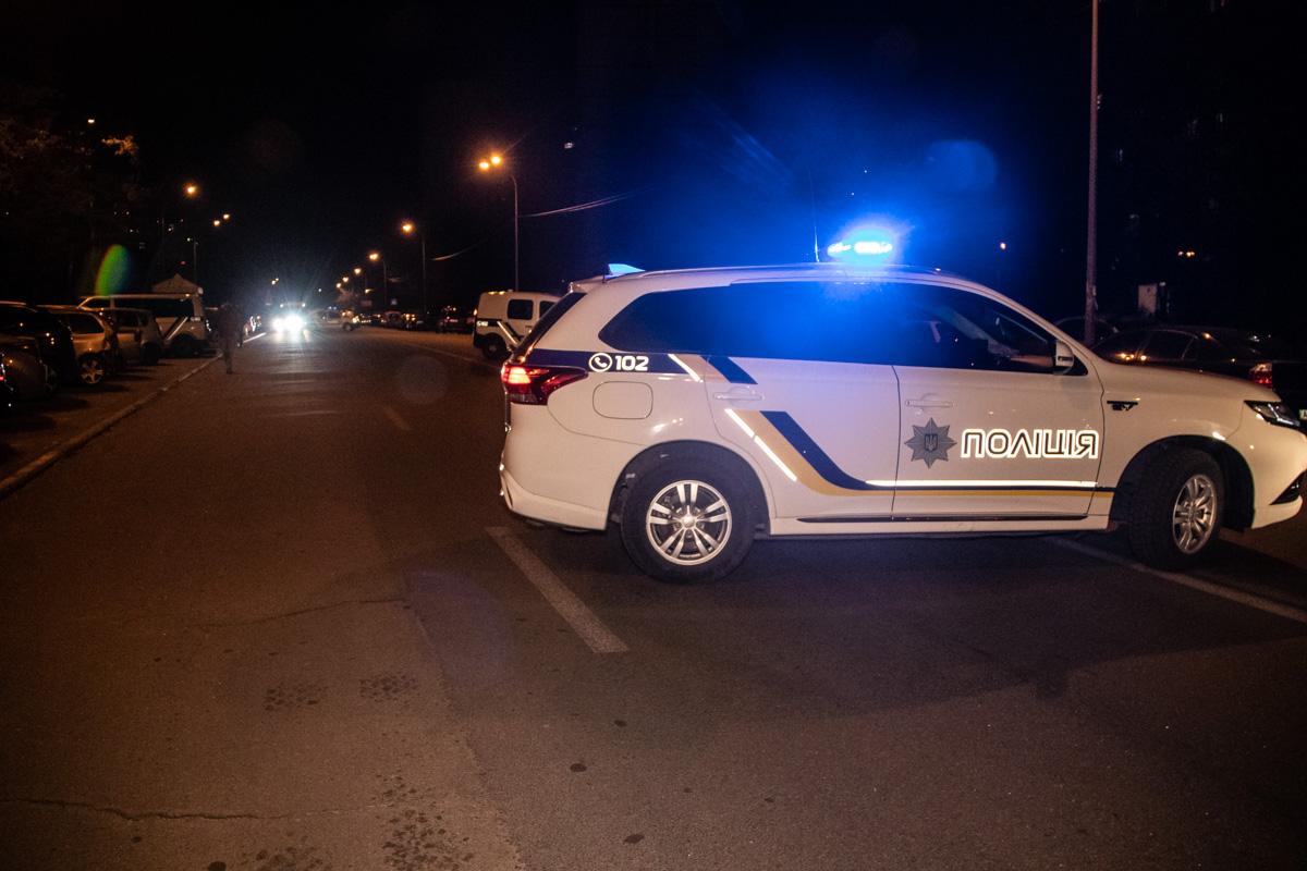 Правоохранители оцепили место, где находился подозрительный предмет и перекрыли часть улицы Генерала Жмаченко