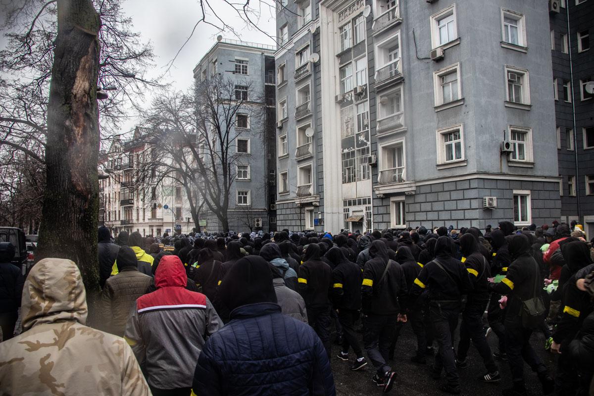 К админзданиям стянули большие силы полиции