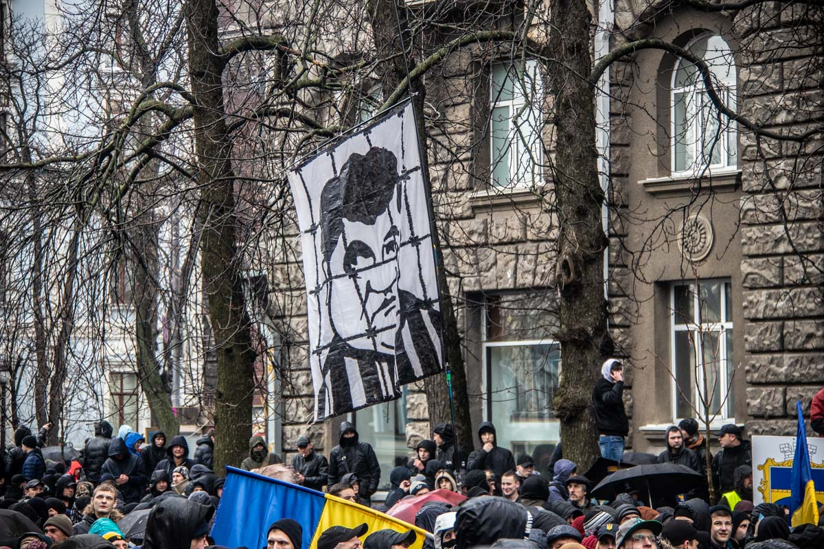 Активисты прошли мимо Верховной Рады и остановились возле Администрации Президента