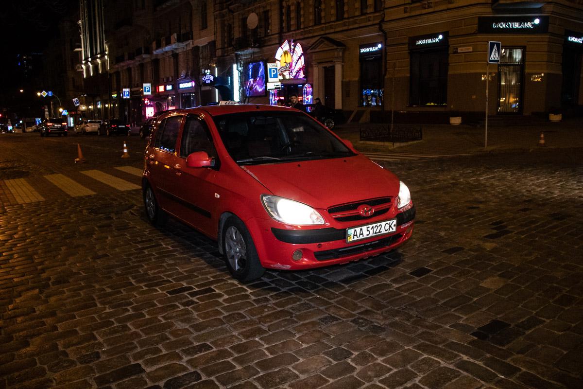 В центре Киева на улице Богдана Хмельницкого таксист на Hyundai сбил девушку на пешеходном переходе