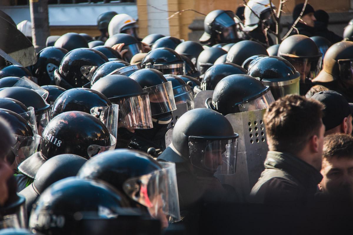 На митинге произошли стычки, во время которых пострадали 2 полицейских и нацгвардеец