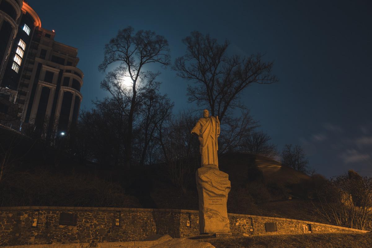 Памятник Андрею Первозванному охраняет ночной сон Киева