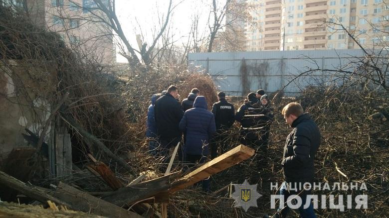 Это 35-летняя жительница Киева, которая призналась, что преждевременно родила в домашних условиях мертвую девочку
