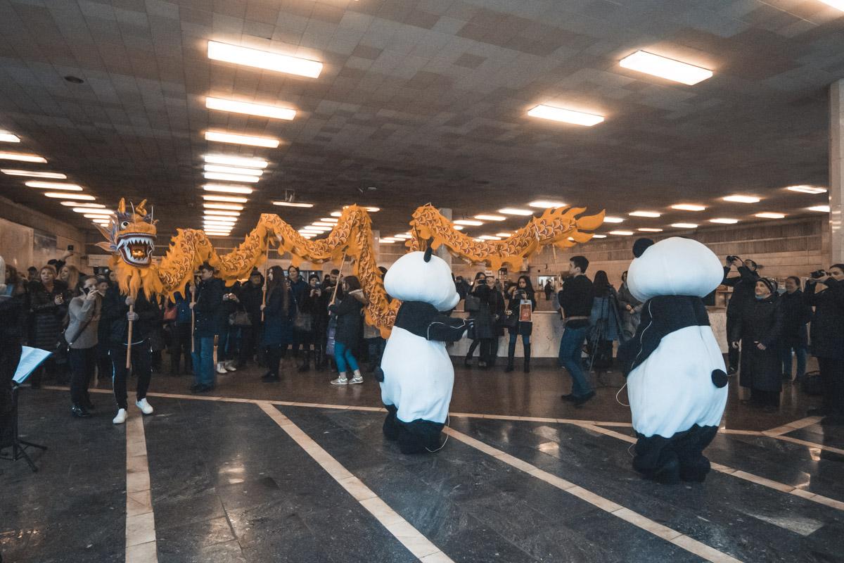 Панды-аниматоры приглашали всех женщин потанцевать с ними медленные танцы под романтичные мелодии