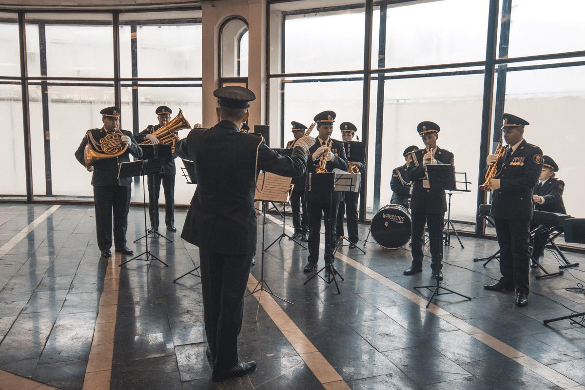 1 марта в Киеве ко Дню весны сыграли военный оркестр сыграл небольшой концерт