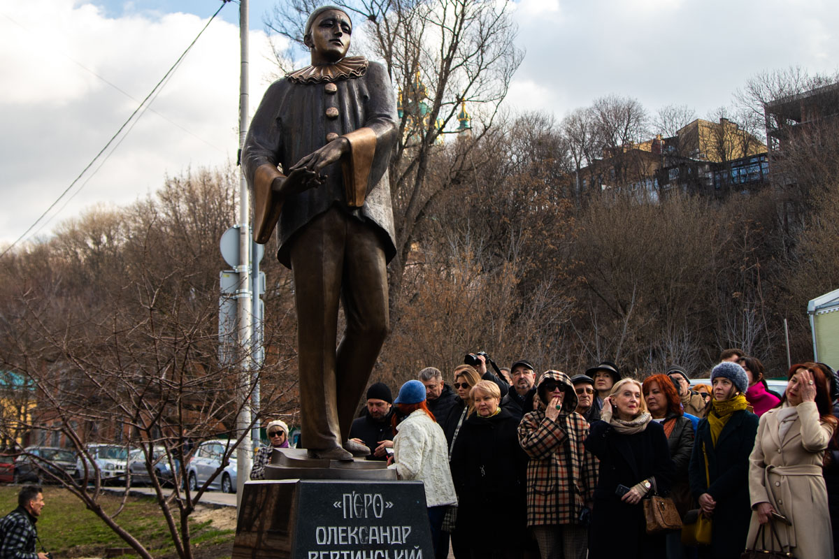 На Андреевском спуске торжественно презентовали памятник Александру Вертинскому