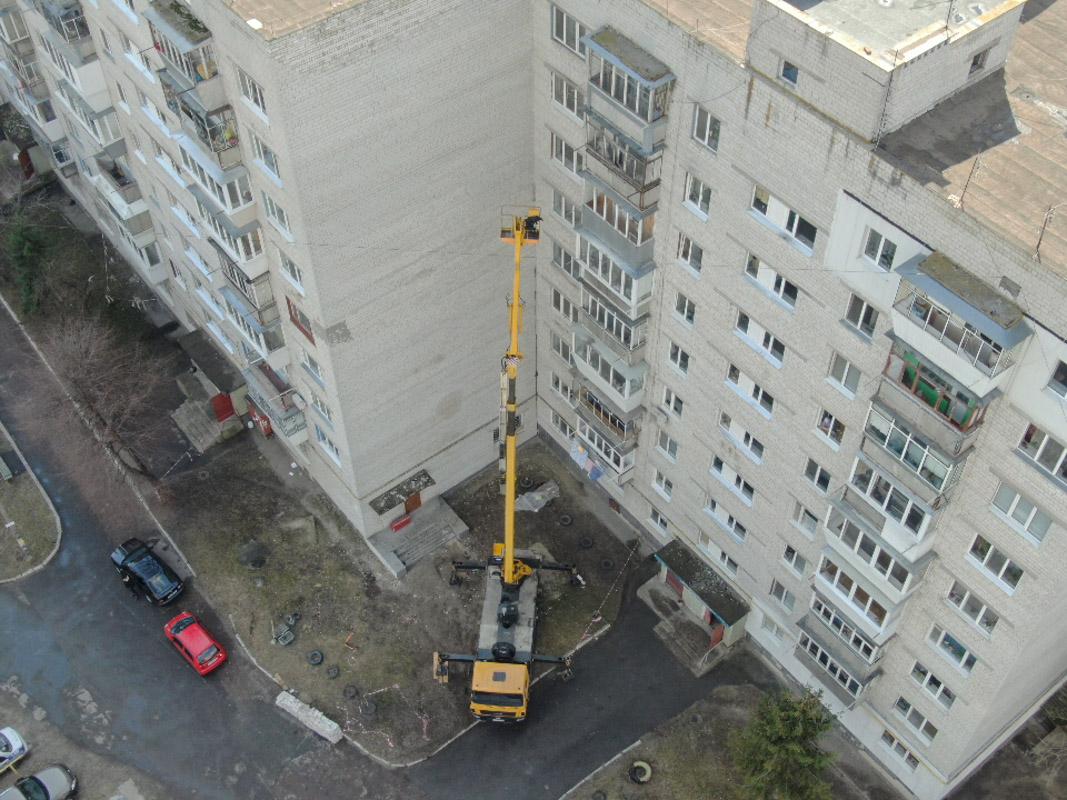 По неизвестным причинам строитель выпал из подъемника и упал на землю