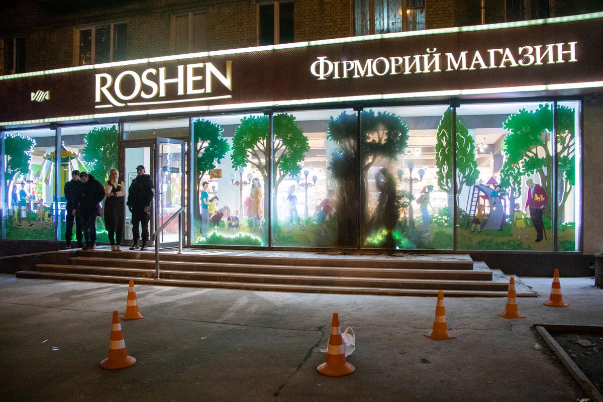 Два человека в черном и белых масках бросили зажигательную смесь в витрину магазина Roshen