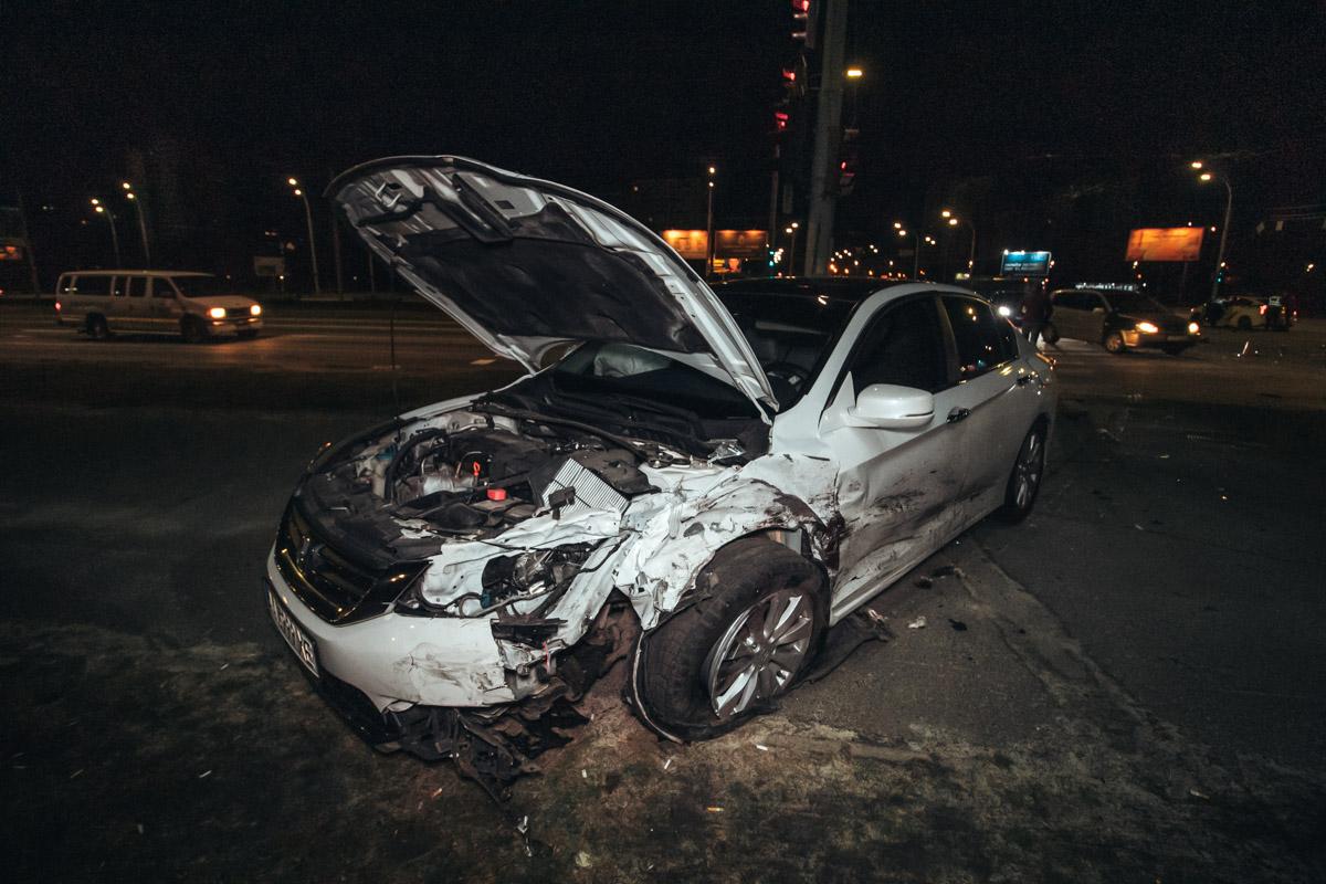 От удара Honda вылетела на тротуар