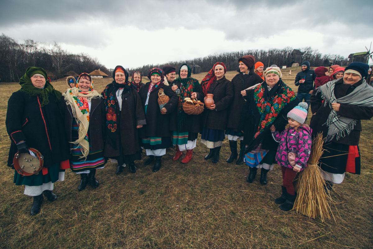 В 13:00 радовать гостей начали фольклорные коллективы из разных областей Украины