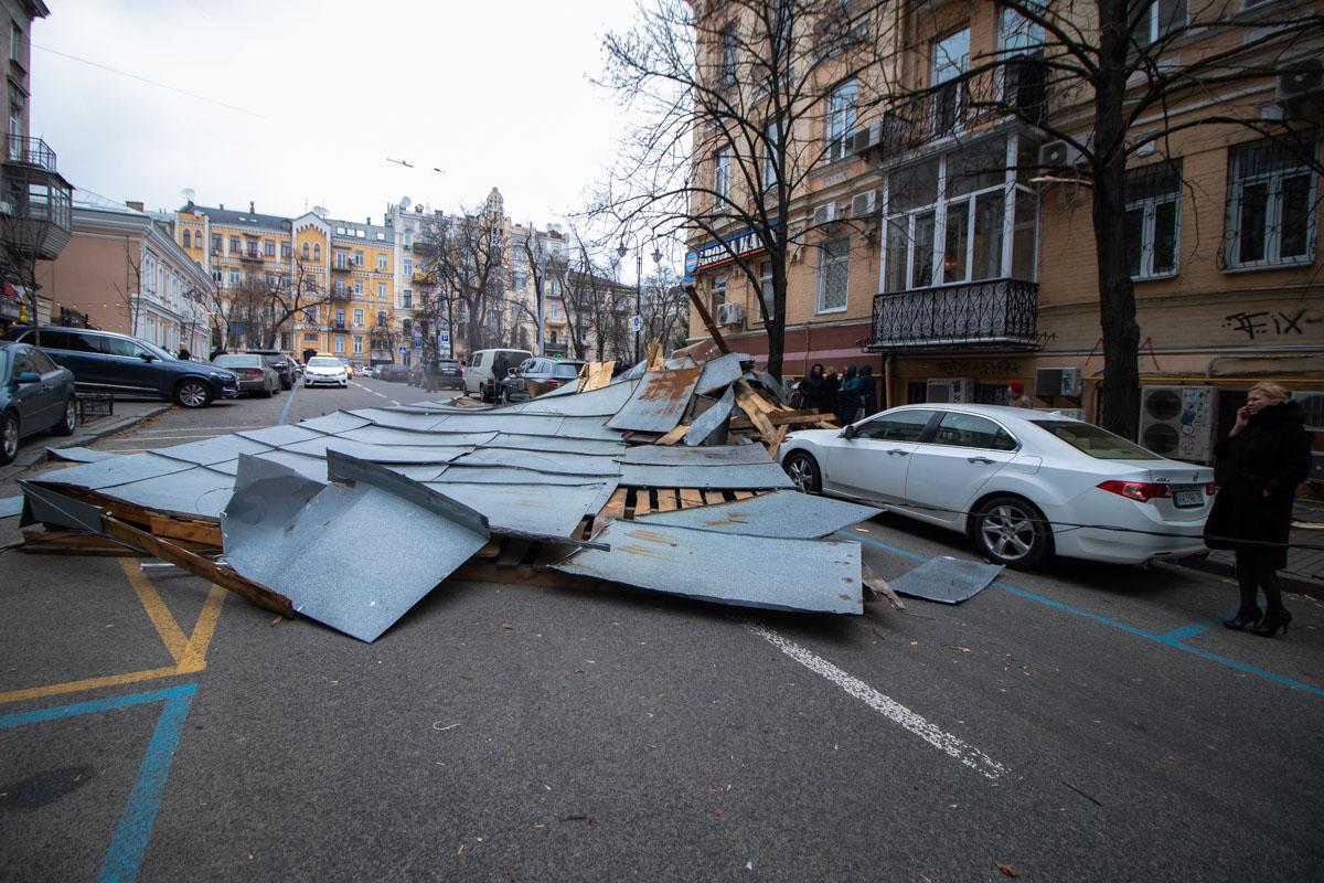 По адресу улица Лысенко, 4 с жилого дома на три машины и проезжую часть упала крыша