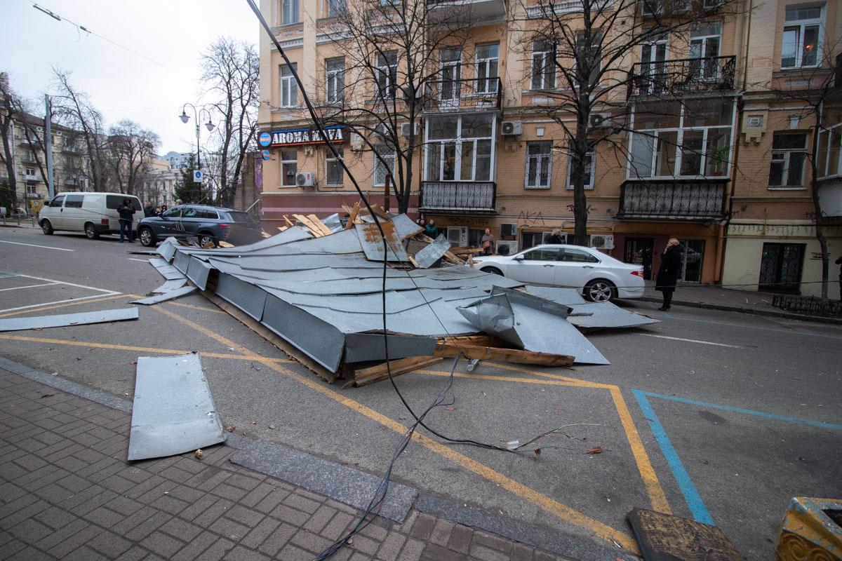 Кроме того, части крыши оборвали провода на данном участке