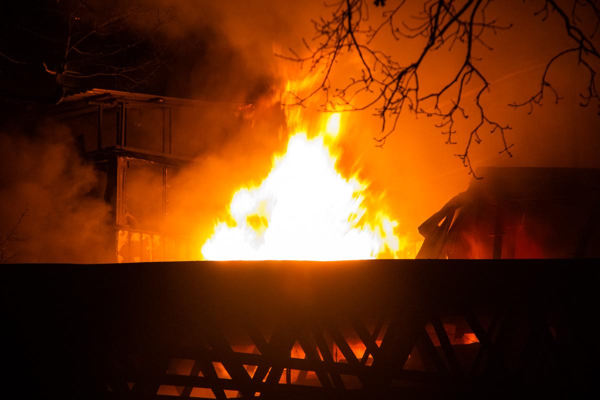 Пожар на складах под Киевом спасатели тушили более 10 часов