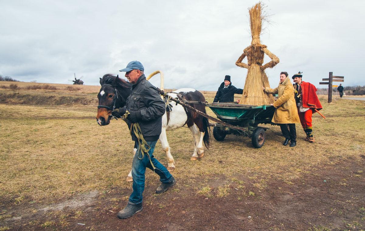По безграничным полям гуляют лошади, а на холмах стоят величественные мельницы
