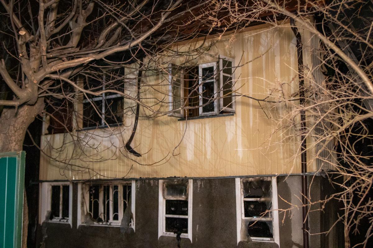 В Киеве на Русановских садах произошел пожар в частном доме