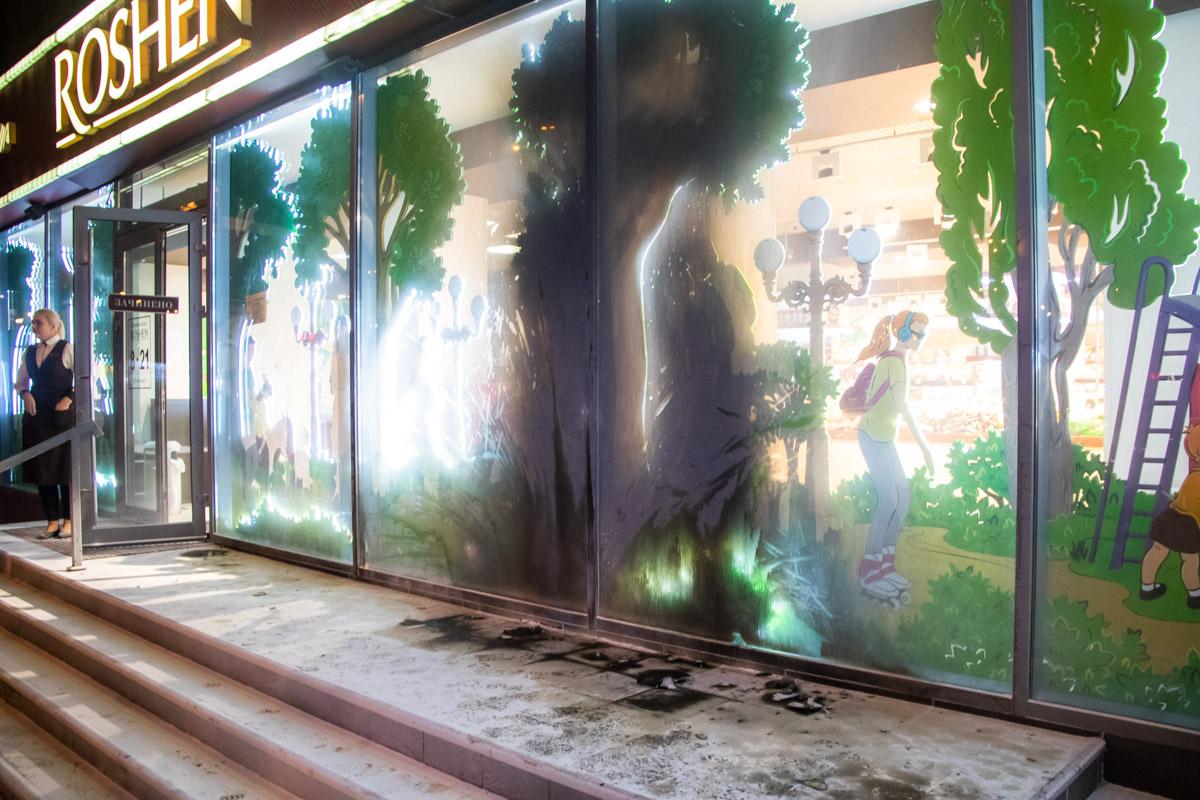 В Киеве по адресу проспект Юрия Гагарина, 3 неизвестные пытались поджечь магазин