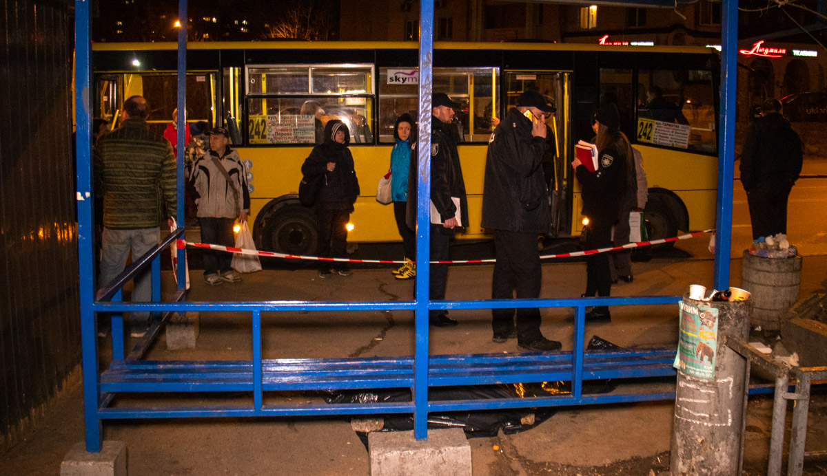 Мужчине стало плохо на остановке автобуса и он скончался