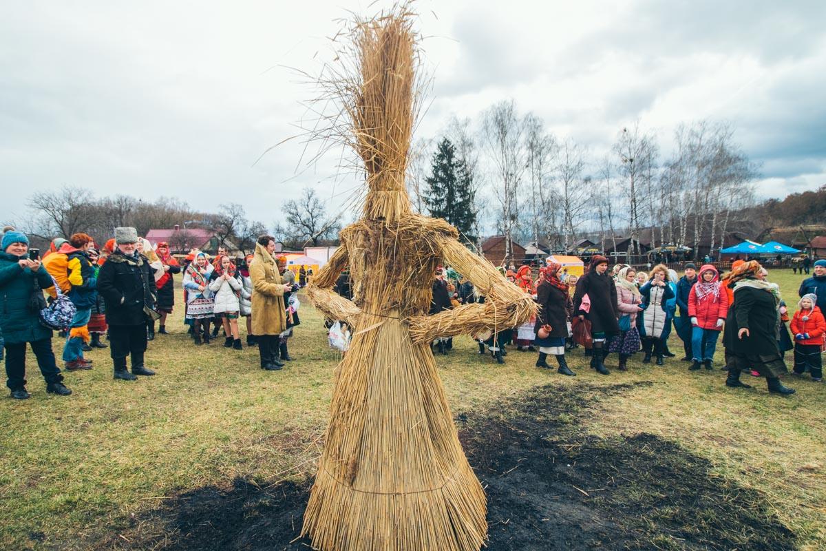 В честь праздника в музее народной архитектуры и быта Пирогово проходят традиционные народные гулянья