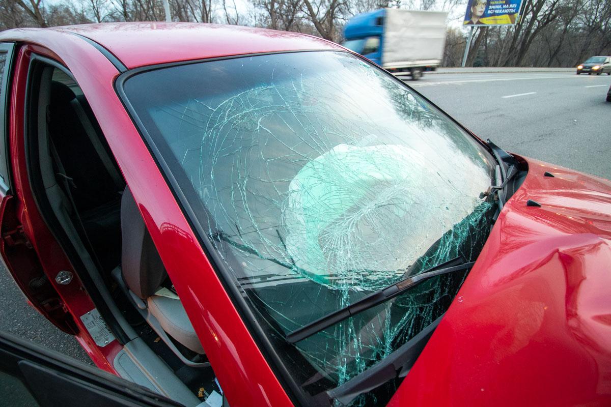 У автомобиля сильно смята передняя часть и разбито лобовое стекло