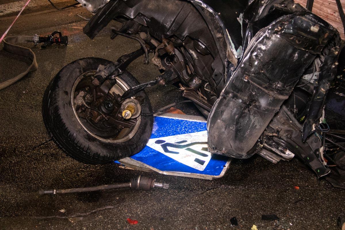 Водитель не справился с управлением, и машина влетела на большой скорости в фонарный столб
