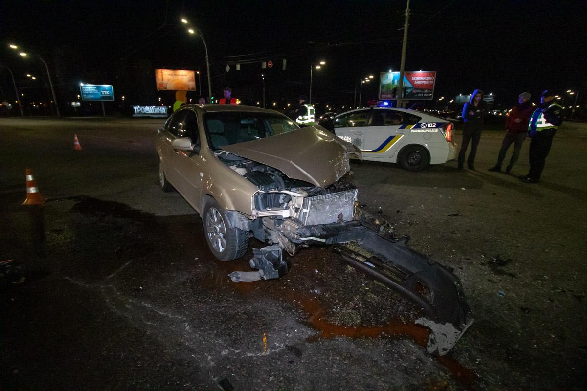 В ночь на 21 марта в Киеве на пересечении проспекта Генерала Ватутина и бульвара Перова столкнулись Chevrolet и Honda