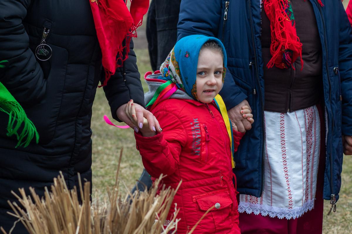 На празднике было большое количество детей в украинских веночках и платочках