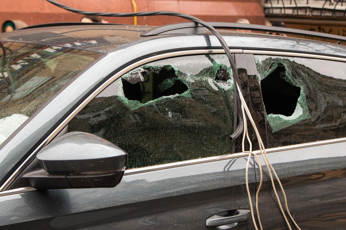 У Mitsubishi и Skoda от удара выбило боковые и заднее стекла, а автомобилю Acura повезло больше, у него только оторвало номера