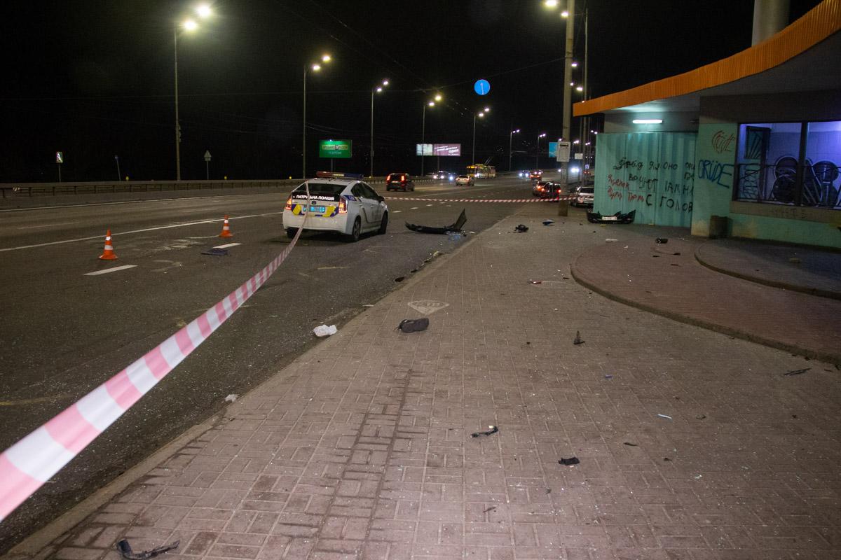 Осколки стекол и части автомобиля усыпали остановку поблизости