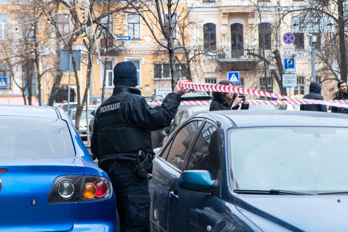Правоохранители закрыли для проезда автомобилей, так же оградили небезопасную территорию лентой