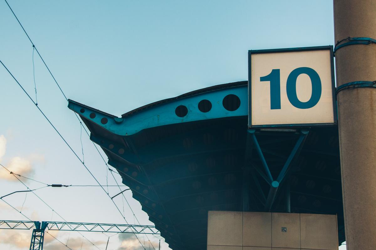 По словам сотрудников «Укрзалізниці», мариупольский поезд наехал на погибшего на 10 пути вокзала, когда отправлялся в депо