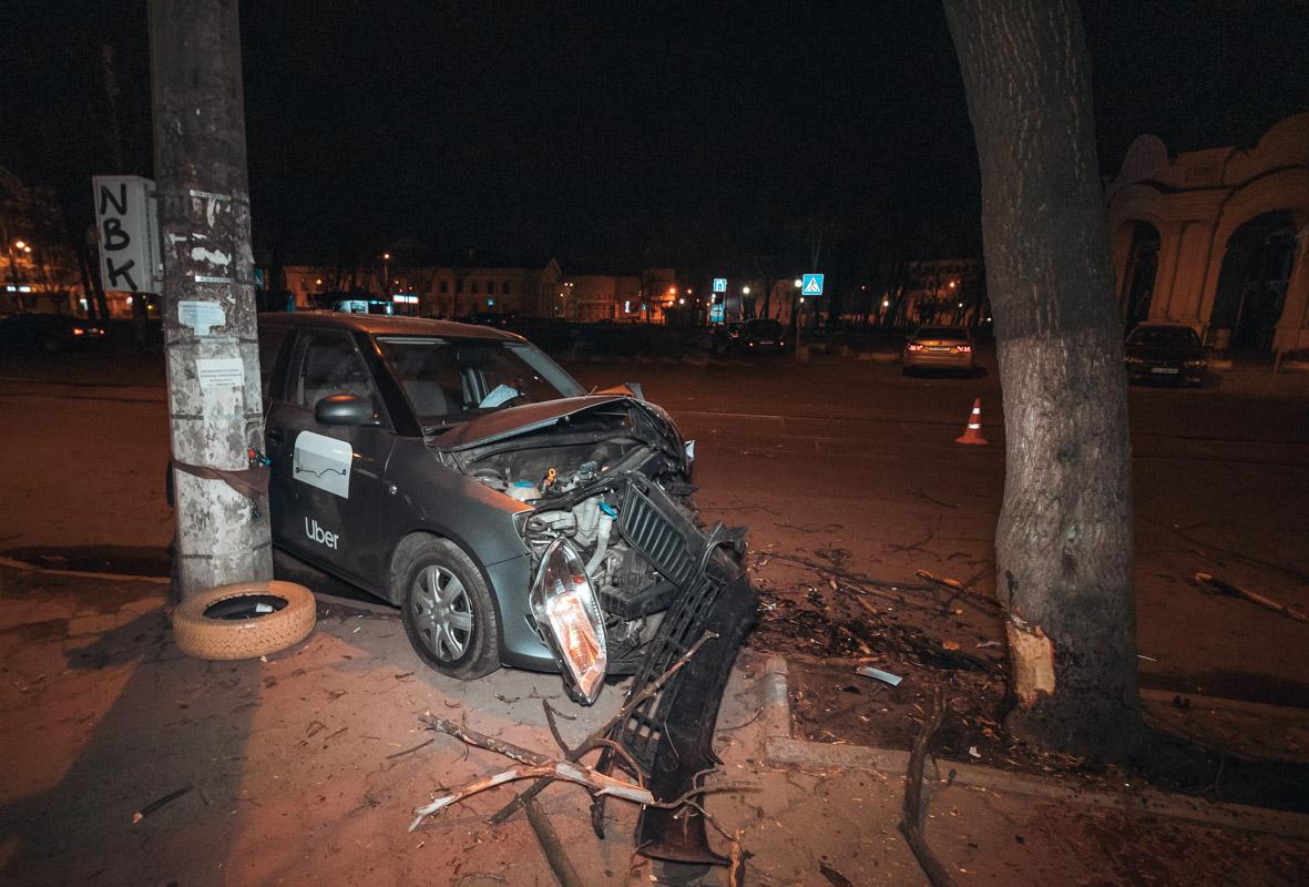 По предварительной информации, водитель Skoda двигался по улице Константиновской по направлению в сторону Андреевского спуска и уснул за рулем от усталости