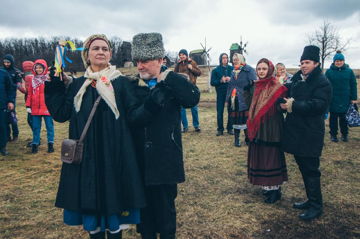 Гости и артисты устроили импровизированные танцы возле чучела и водили хороводы
