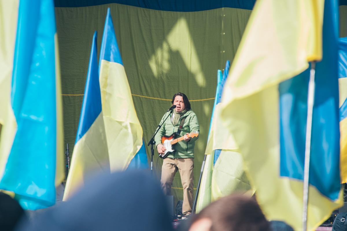 Музыкант Тарас Чубай разогревает публику