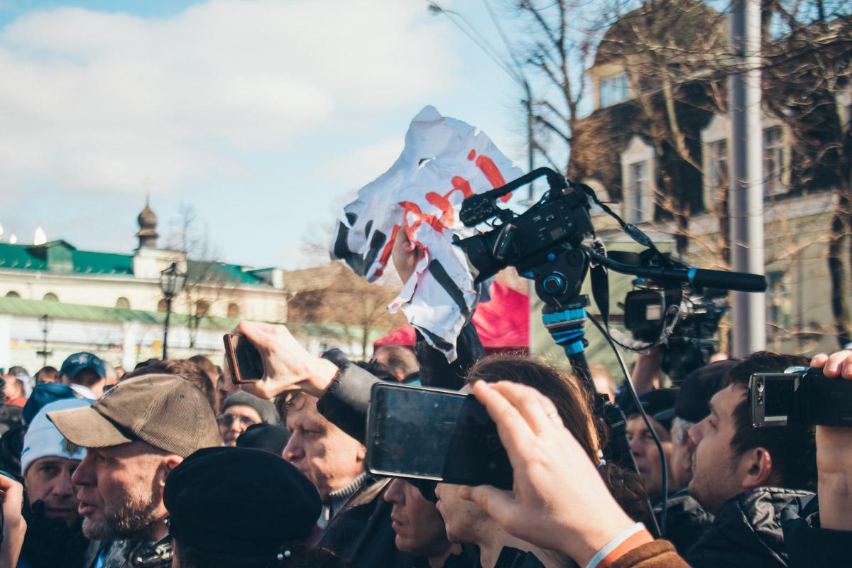 Под конец мероприятия неизвестные разорвали пикетчикам плакаты