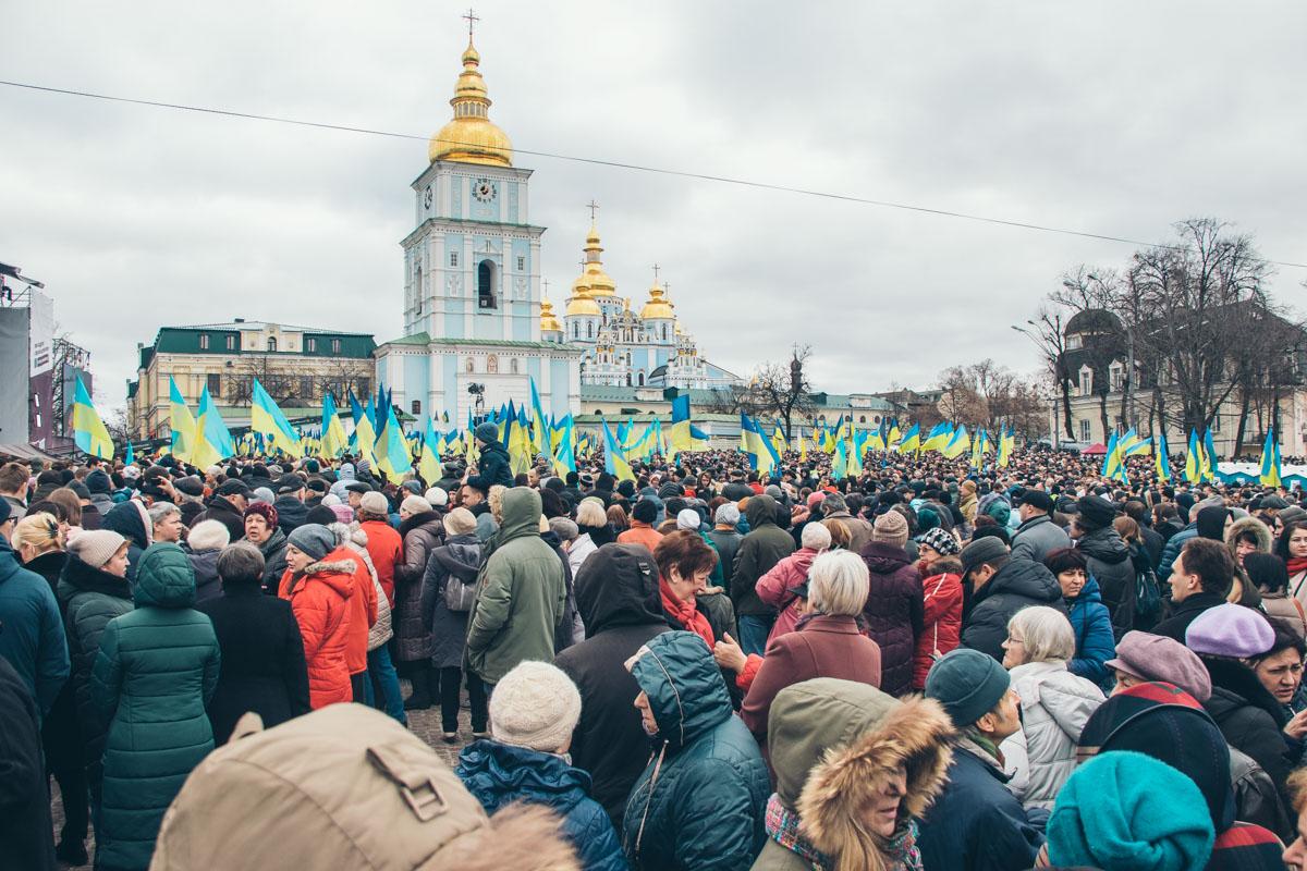 На Михайловскую площадь с самого утра начали сходиться люди