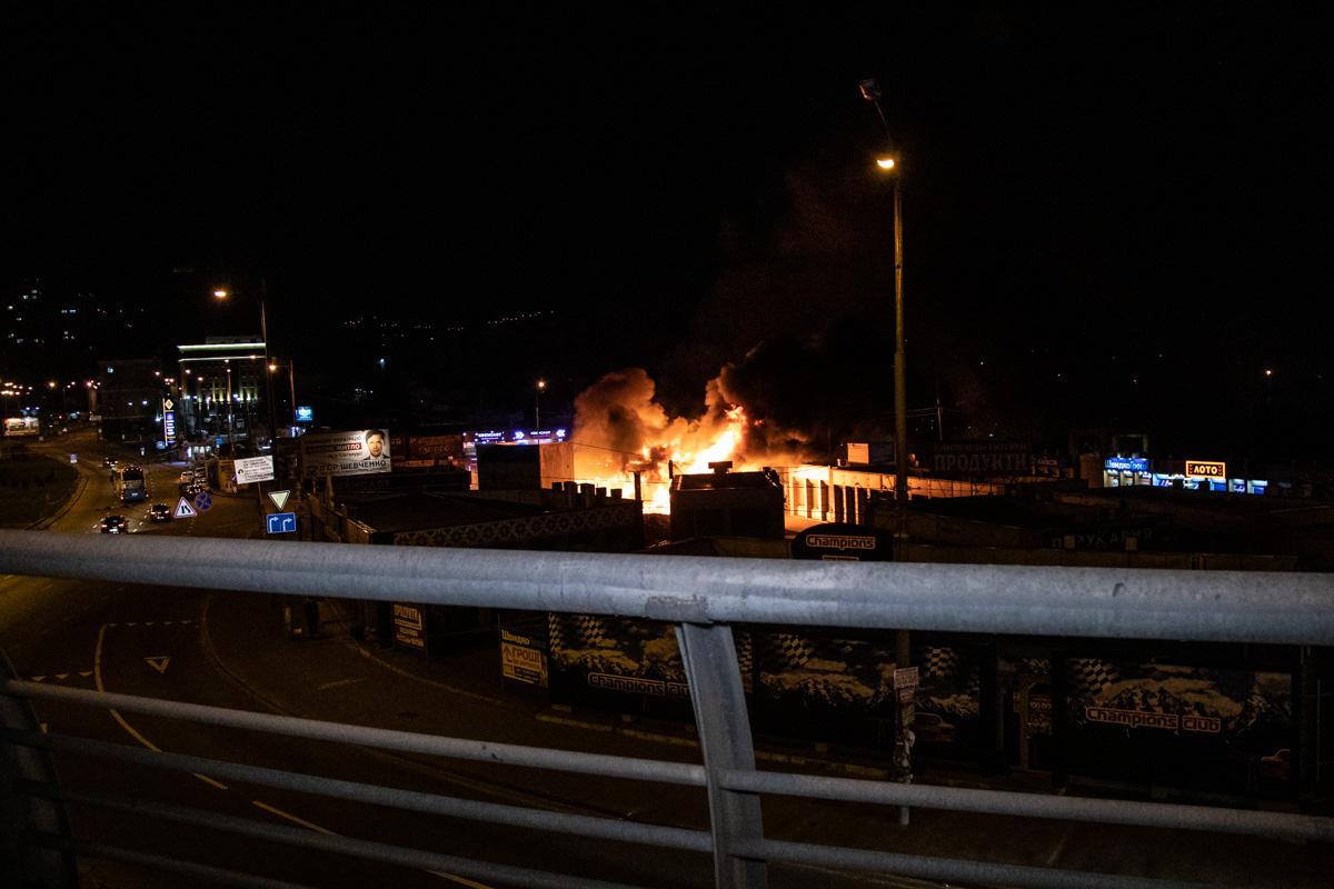 На Демеевском рынке загорелись магазин и кофейня