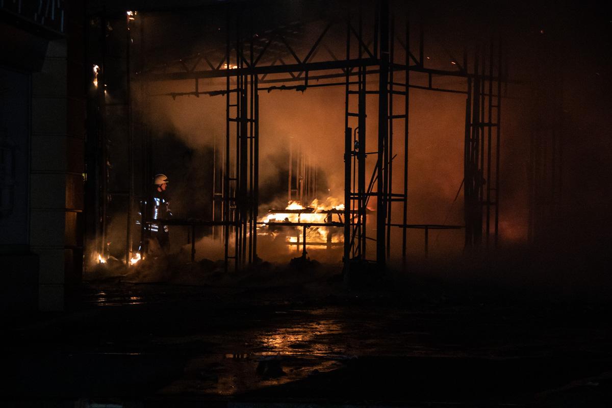 Пламя уничтожило помещения, оставив целым только металлический каркас