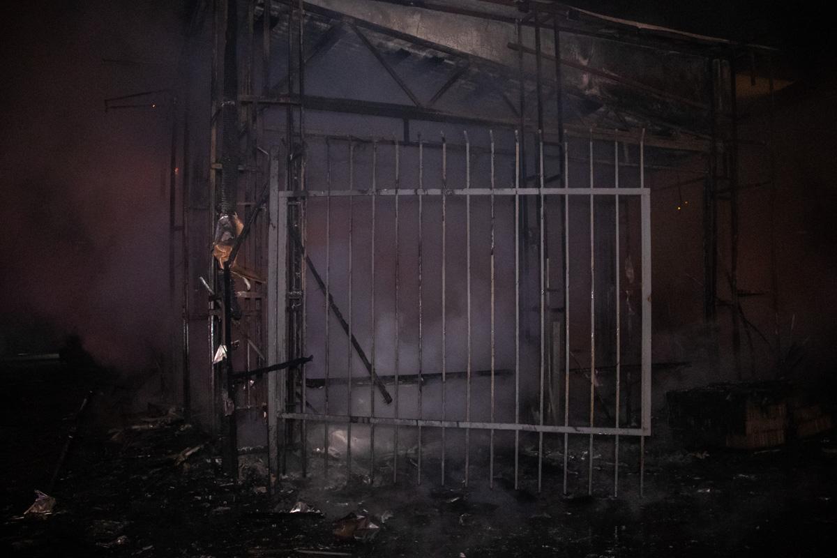 Предварительно, возгорание началось в помещении магазина, а после пламя перекинулось на кофейню