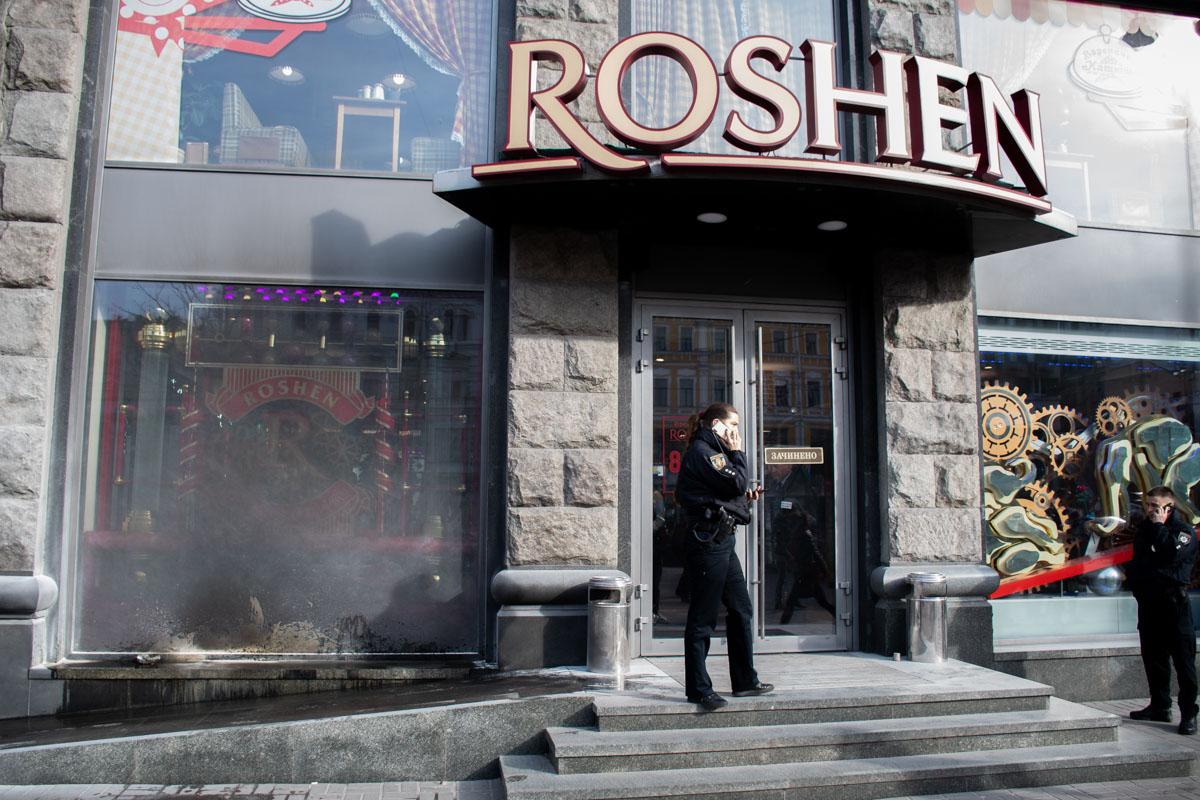 Загорелась витрина, огонь потушили сотрудники магазина при помощи ручного огнетушителя