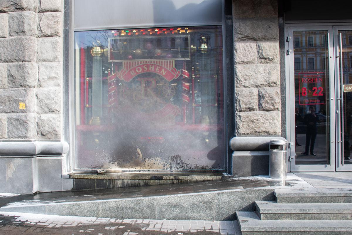 Полицейским удалось задержать мужчину,который бросил емкость с зажигательной смесью в витрину магазина