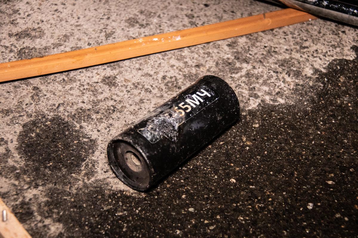 На месте обнаружили дымовые гранаты, которые мужчина бросил внутрь заведения