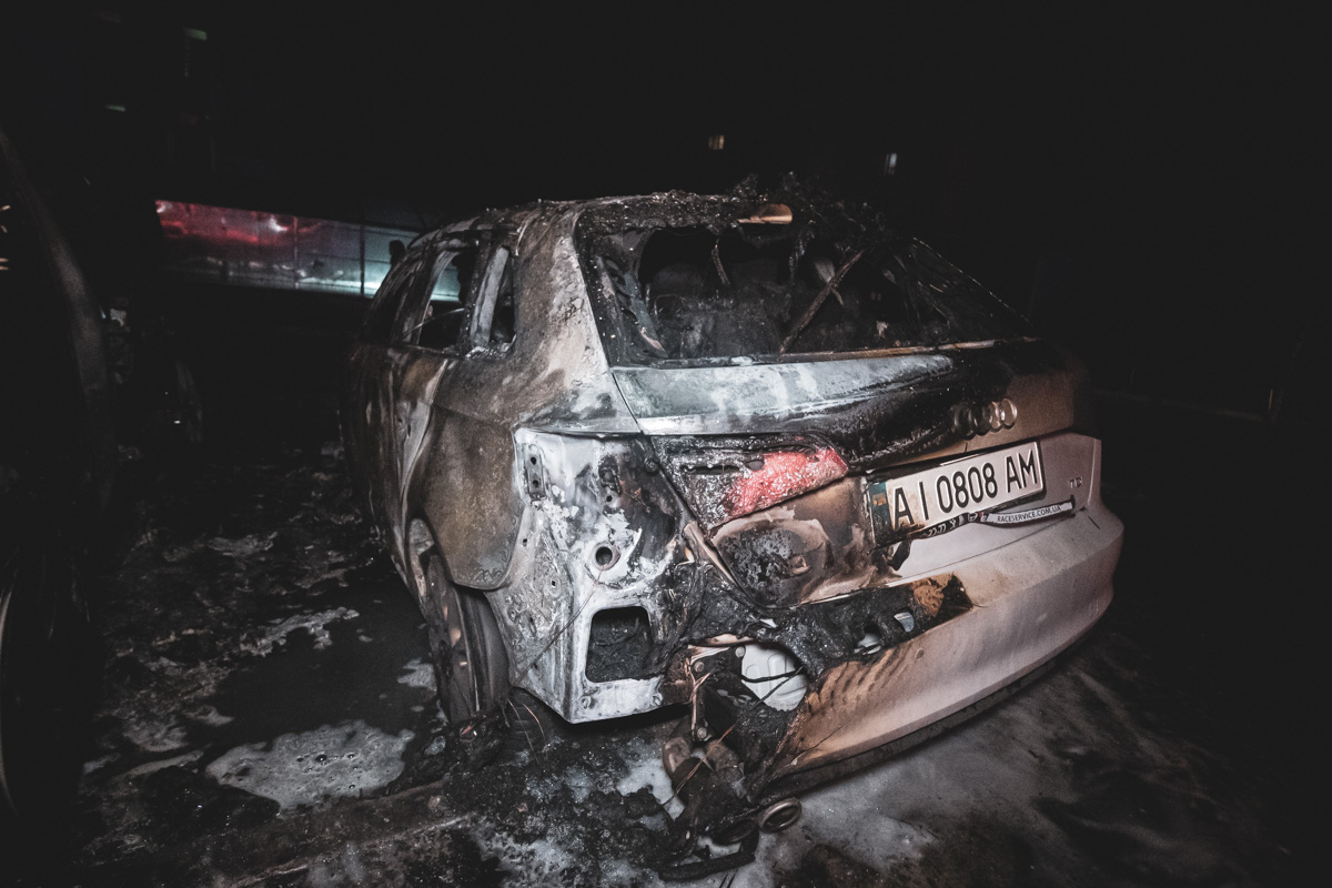 Пламя было настолько сильным, что повредило стоящий рядом автомобиль Audi