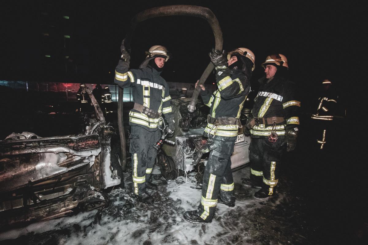 На месте происшествия работали два пожарных наряда