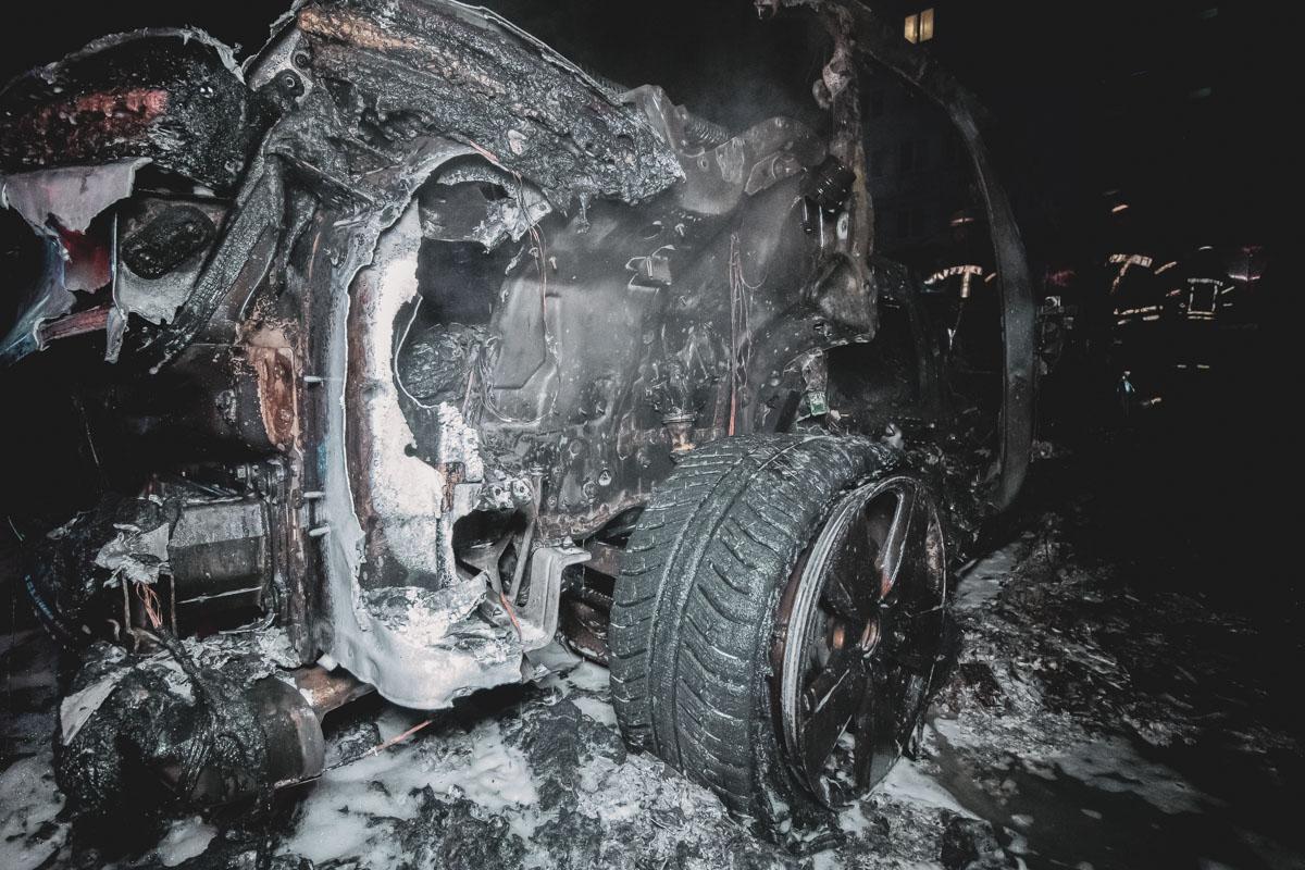 Porsche пытались потушить очевидцы, однако с огнем смогли справиться только при помощи пожарных