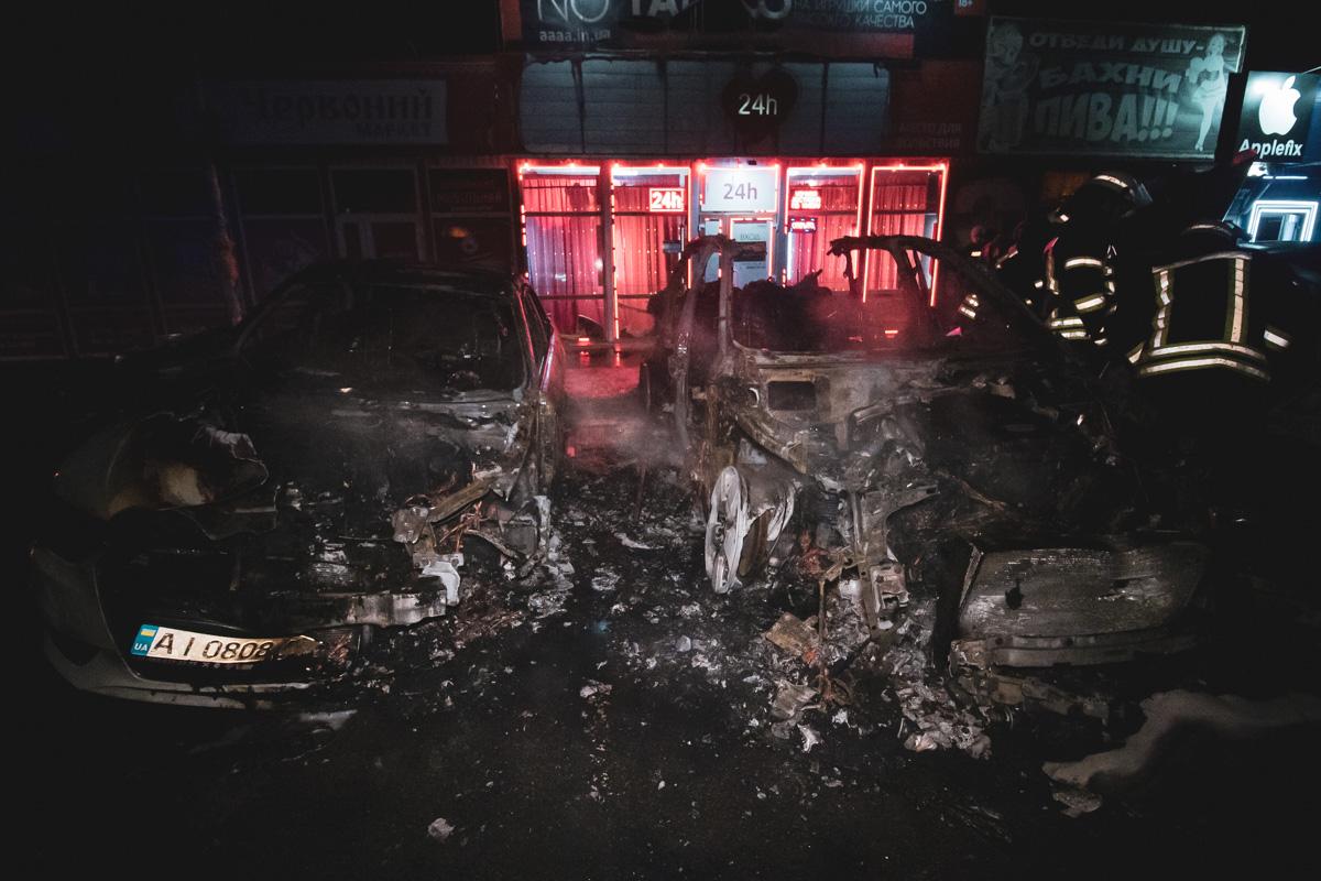 В Киеве на улице Срибнокольской пламя охватило автомобиль Porsche