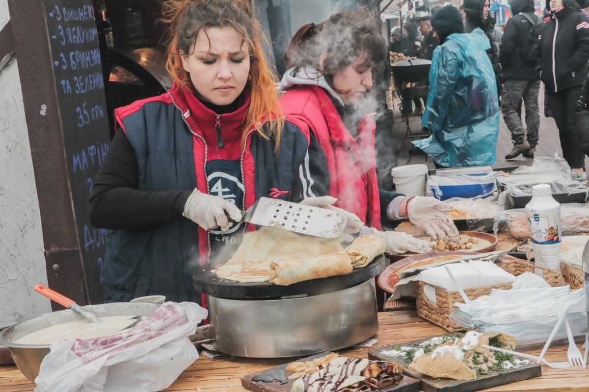 Но не только блинами радуют посетителей, ведь прямо на глазах гостей готовят блюда на мангале
