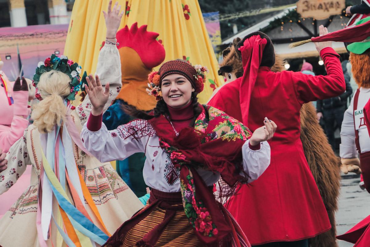Уже упоминалось сегодня но! Обилие народных костюмов и цветов - не может не радовать