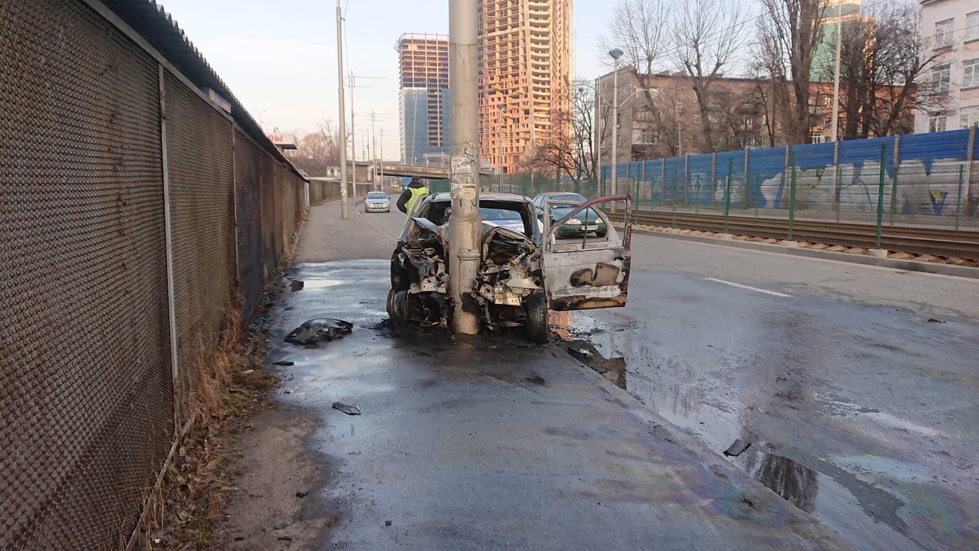 В результате столкновения машина вспыхнула пламенем и выгорела полностью