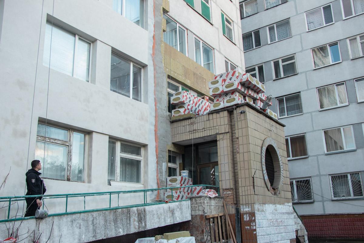 Один из рабочих, которые утепляли фасад здания, выпал из строительной люльки
